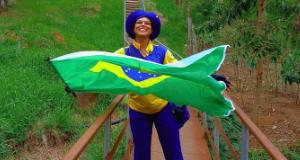 Carteira atravessando uma ponte segurando uma bandeira do Brasil