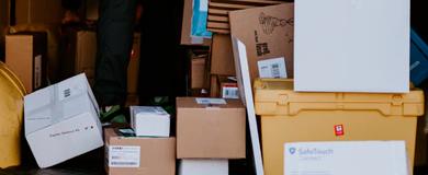 Várias caixas de formatos, tamanhos e cores diferentes empilhadas