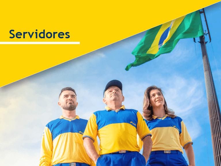 Carteiros de pé em frente a um mastro com a bandeira do Brasil ao fundo. Frase do banner: Servidores