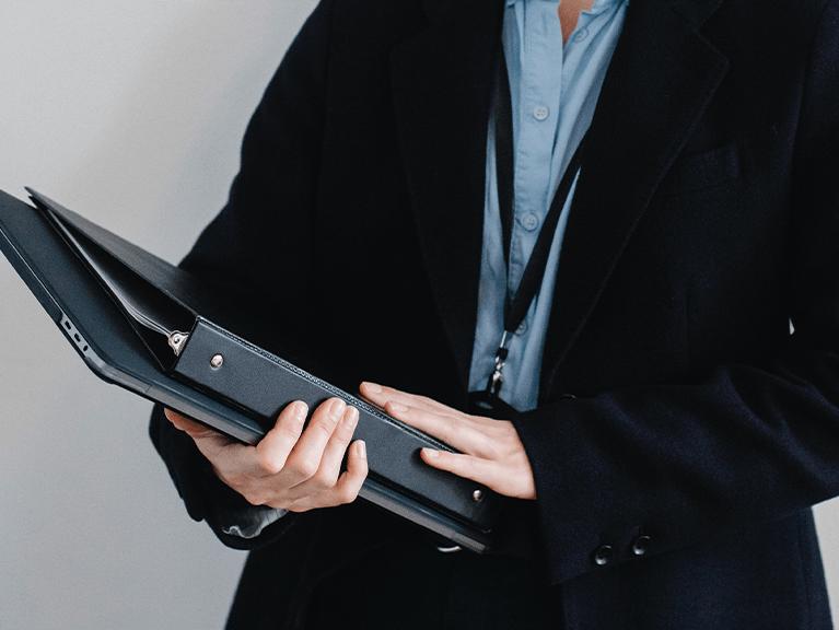 Um executivo com um tablet e pasta de documento