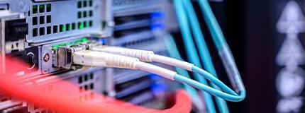dois fios conectados a uma placa de rede