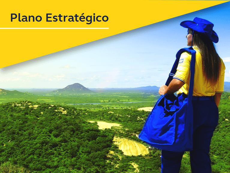Carteira uniformizada olhando o horizonte em cima de uma montanha. Texto: Plano estratégico.