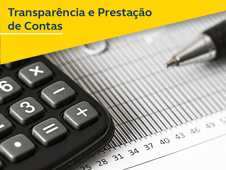 Calculadora e caneta em cima de uma página tabelada. Texto: Transparência e prestação de contas