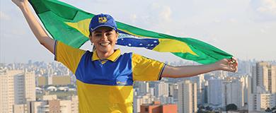 Carteira uniformizada com bandeira do Brasil nas mãos