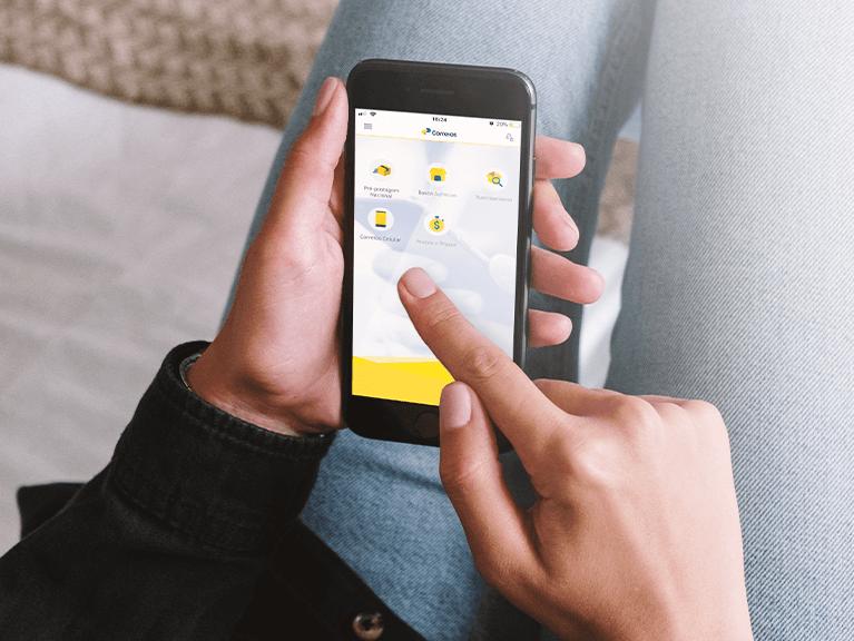 Mulher acessando o aplicativo dos Correios através de um smartphone