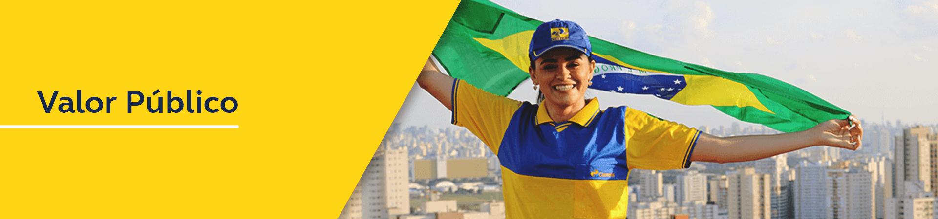 Carteira uniformizada com bandeira do Brasil nas mãos.
