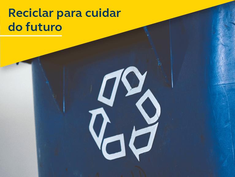 Uma lata de lixo com o símbolo de reciclagem. Texto: Reciclar para cuidar do futuro.