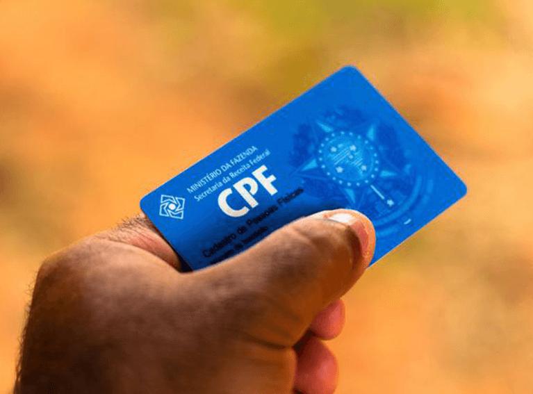mão com um cartão do CPF