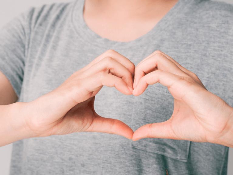 mãos à frente do peito fazendo a imagem de um coração