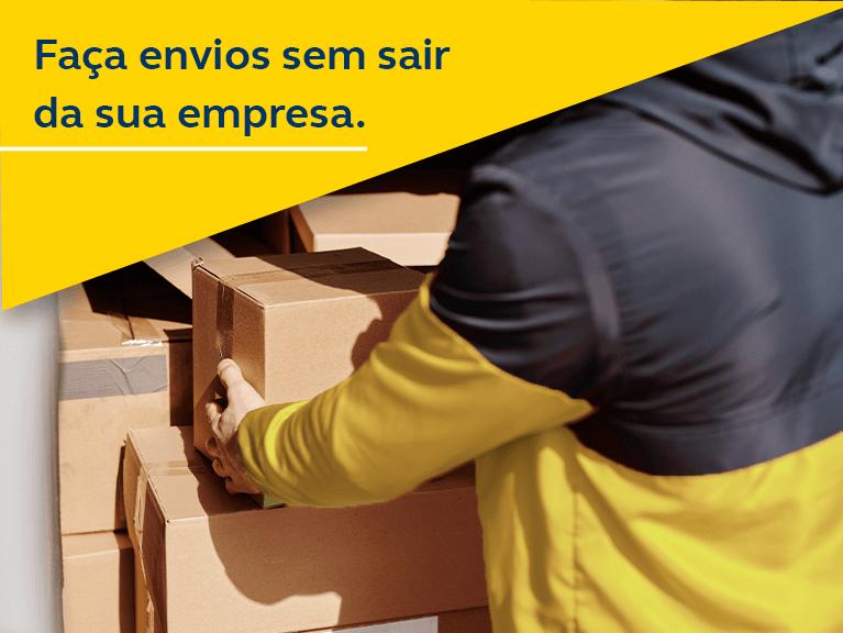 Homem com blusa preta e amarela, alocando caixas de encomendas dentro de uma van. Texto: Faça seu envio sem sair da sua empresa.