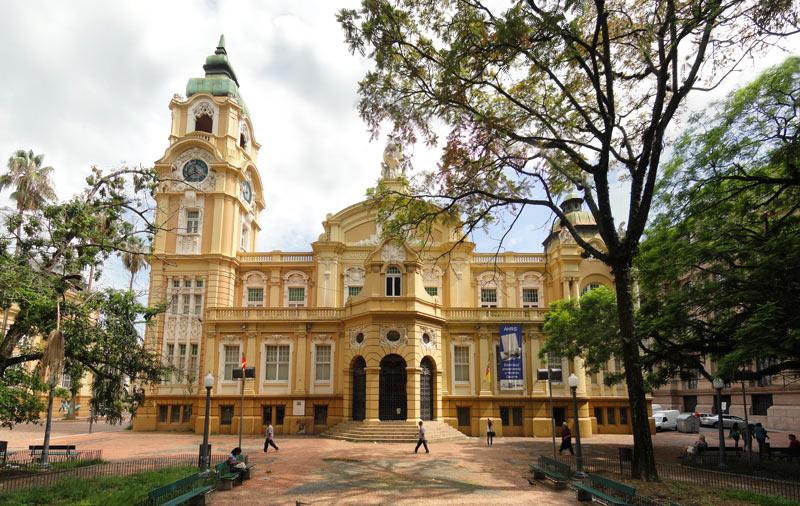 Foto da fachada do Memorial do Rio Grande do Sul, à partir da Praça Cívica.
