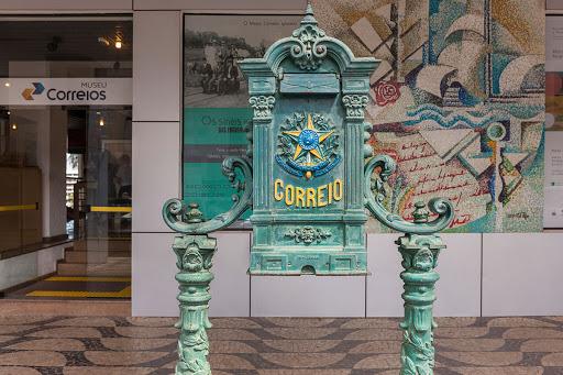 Caixa de Correios histórica, pintada em verde com o brasão da República, localizada em frente ao Museu dos Correios.
