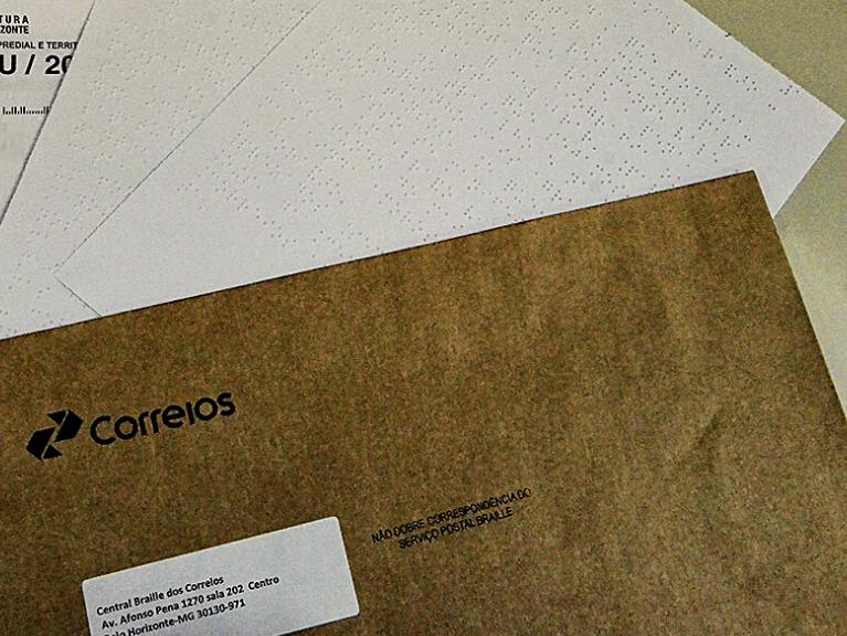 Envelopes brancos e pardo dos Correios