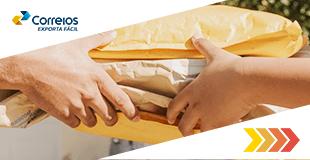 Envelopes pardos sendo entregues de uma mão para outra