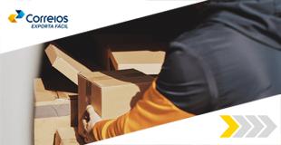 Duas mãos seguram uma caixa e envelopes.