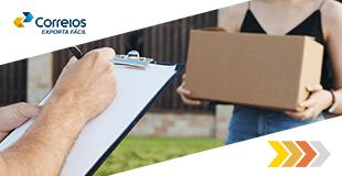 Caixas de encomendas sendo recebidas. Uma mão entrega e outra recebe.