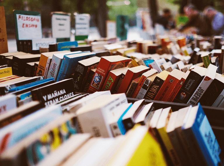 Livros dispostos em uma bancada