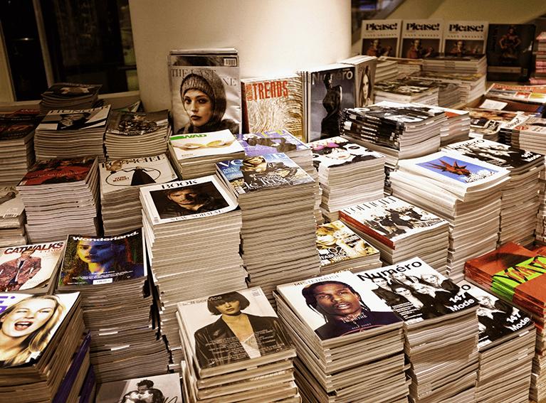 Pilhas de livros e revistas