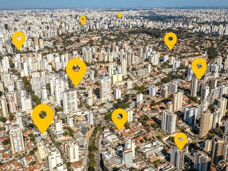 Vários prédios visto de cima, em cima deles um marcador amarelo indicando a localização