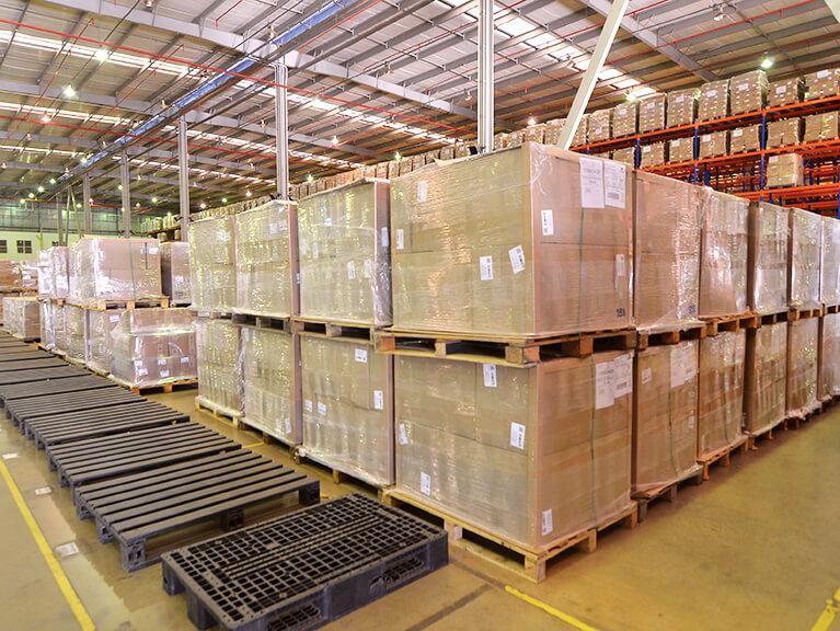 Dois andares de caixas empilhadas com paletes