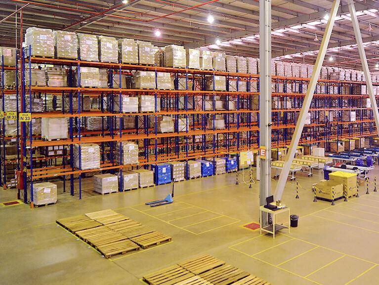 Estantes logísticas preenchidas com caixas e paletes