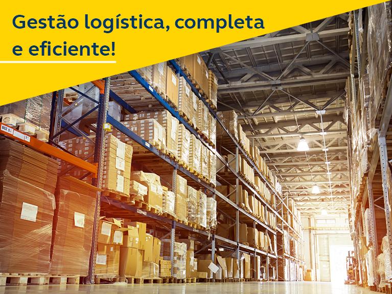 Estante logística com encomendas e empilhadeira passando. Texto: Gestão logística e eficiente!