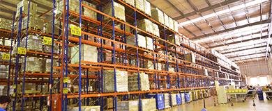 Estante de seis andares em armazém logístico com encomendas e paletes