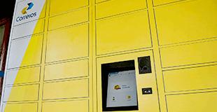Armário fechado com divisórias de várias dimensões, com monitor ao centro